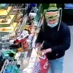 Groził właścicielom sklepu – może znasz tego mężczyznę?