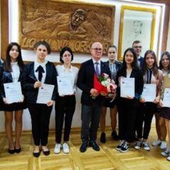 Uczniowie z ZSP w Sadownem odebrali stypendia za wybitne i bardzo dobre wyniki w nauce