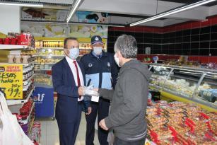 Başkan Kaymak ve Belediyemiz Zabıta ekipleri ile Esnafa maske dağıtımı yapıldı.