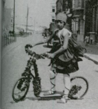Het fietsje van Marie-Joseph Van der Reydt, volledig ingepakt met kleine papieren roosjes, 1928. Collectie Erfgoedhuis Kortenberg