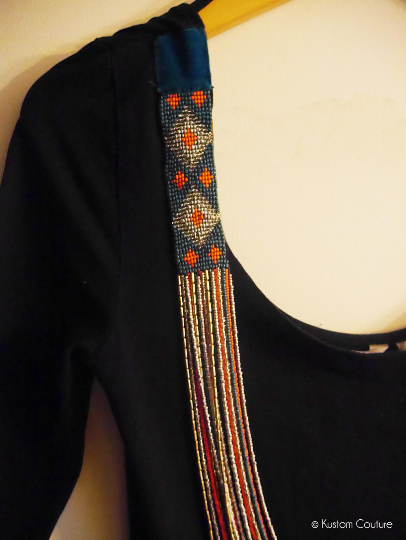 Customiser une robe noire basique avec un collier