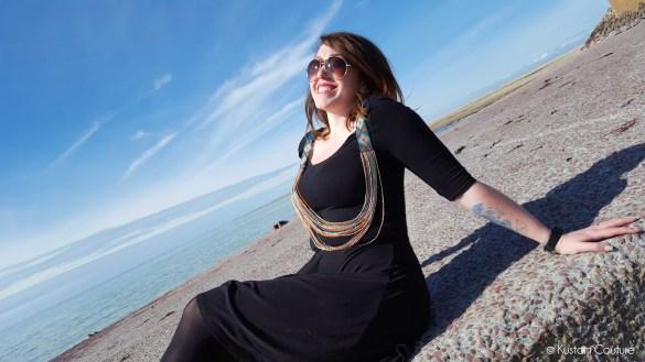 Customiser une robe noire basique avec un collier à coudre