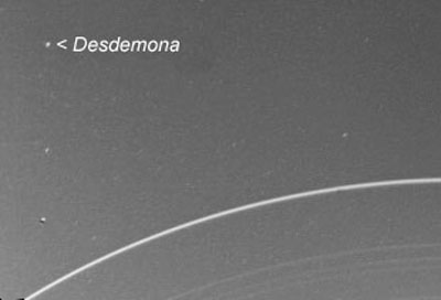 De Uranusmaan Desdemona op de ontdekkingsfoto ui 1986. De foto is gemaakt door de Voyager-2.