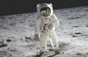 Maanpakken die de astronauten beschermen tegen extreem hoge en extreem lage temperaturen