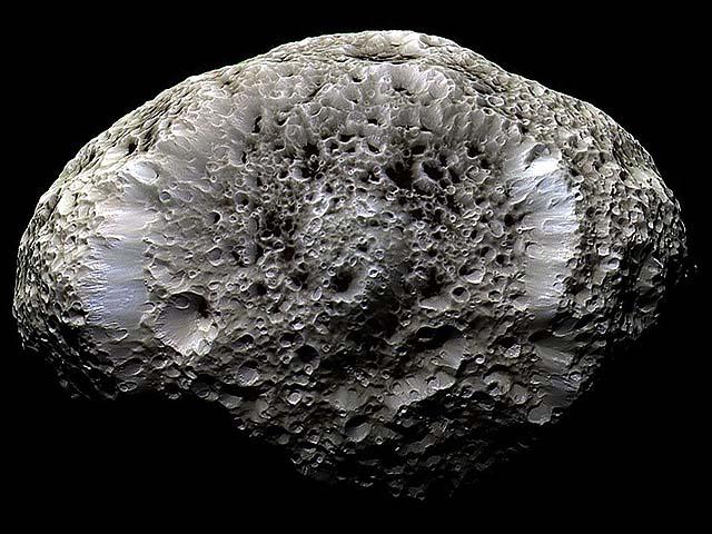 De Saturnusmaan Hyperion op een opname gemaakt door de Cassini-sonde