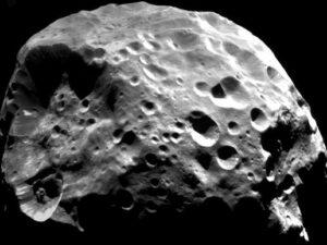 Phoebe, gefotografeerd door de Cassini-sonde.