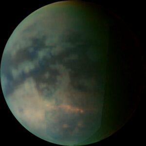 Titan, de op één na grootste maan in het zonnestelel. Opname gemaakt door de Cassini-sonde in 2006