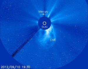 Een zogenoemde Coronal Mass Ejection. De opname is gemaakt door de SOHO-satelliet, een gezamenlijk project van de ESA en de NASA.