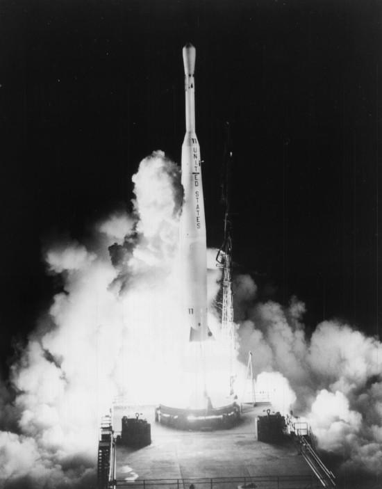 Een Thor/Delta 316 wordt op 10 juli 1962 gelanceerd vanaf cape Canaveral met aan boord de  Telstar 1. Credit: NASA.
