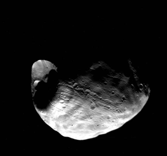 De maan Phobos met de krater Stickney, gefotografeerd in 1977 door de Viking 1
