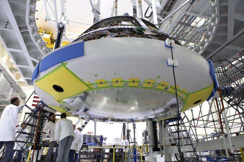 Montage van het hitteschild aan de Orion