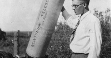 Clyde Tombaugh bij zijn telescoop