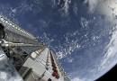 60 op elkaar gestapelde Starlink testsatellieten vlak voor ze in mei 2019 door de Falcon 9-raket in hun baan werden losgelaten