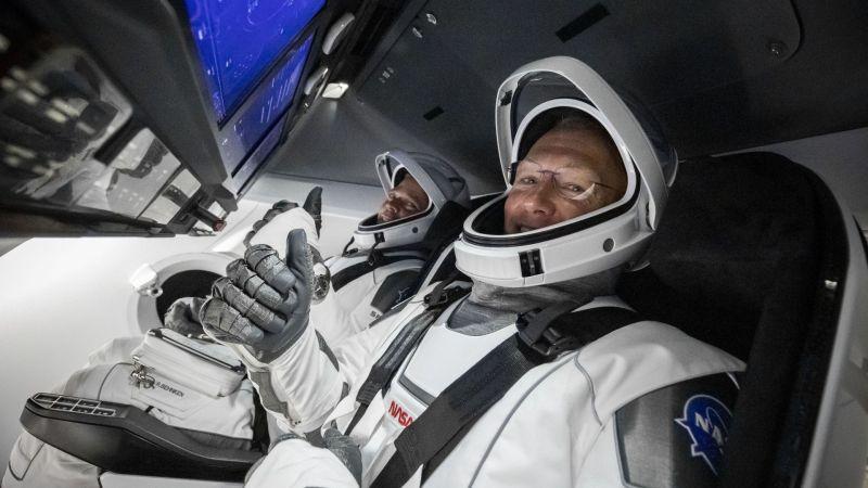 Behnken en Hurley in de Crew Dragon voor de lancering