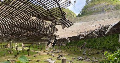 De beschadigde Arecibo radiotelescoop
