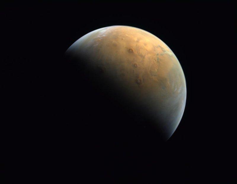 Al Amal stuurt de eerste foto van mars naar de Aarde.