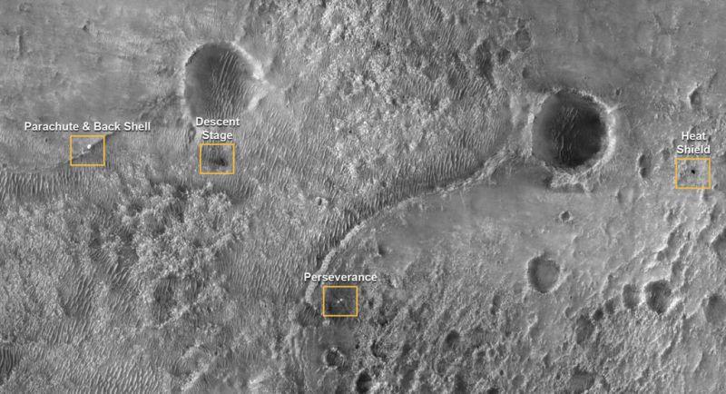 Onderdelen Perseverance gefotografeerd vanuit een baan om Mars