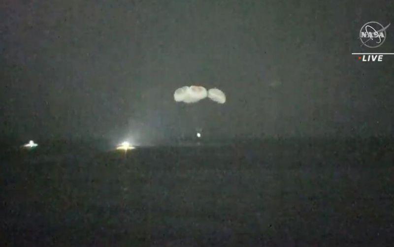 De nachtelijke landing van Crew-1
