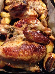 2. Staviti piletinu da se peče u rernu na 200 stepeni i peći oko 60 minuta. Otprilike na pola vremena pečenja, kada već gornja strana porumeni, komade piletine okrenuti na drugu stranu. Krompir ne treba okretati. Peći sve dok meso i krompir ne bude hrskavo i lepo pečeno.
