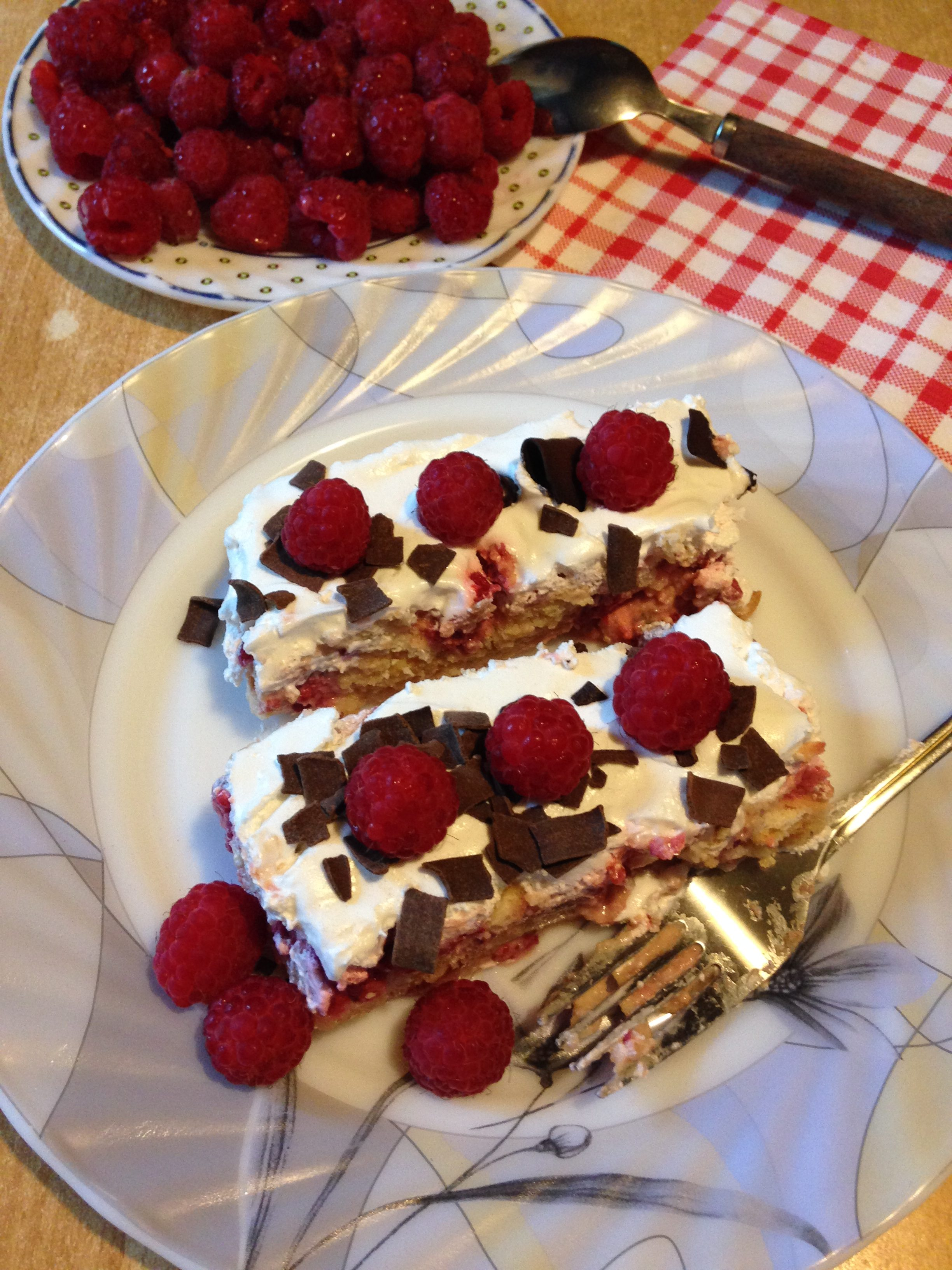 Laka i brza torta sa malinama i keksom