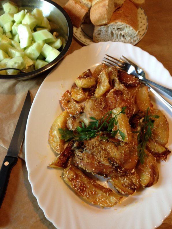 5. Pileće batake i krompir poslužiti toplo uz salatu od paradajza, krastavaca, ili po želji.