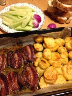 2. Staviti u rernu na 200 stepeni i peći oko 30 minuta, sve dok lepo ne porumeni. Kada gornja strana slanine porumeni, okrenuti na drugu stranu, a krompir ne treba okretati.