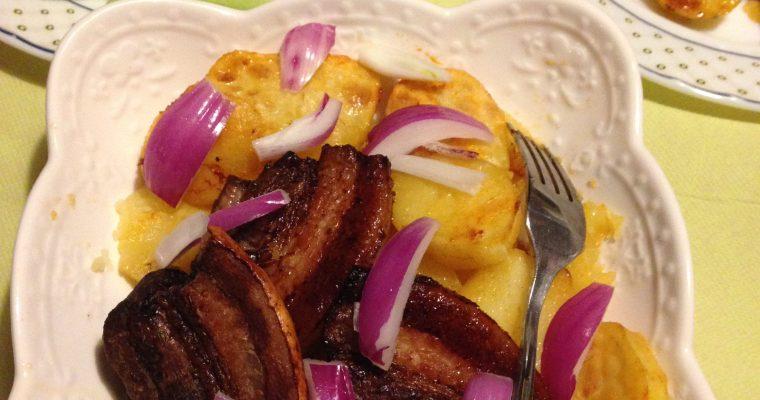 Pečena sveža slanina sa krompirom u rerni-brz ručak, ili večera