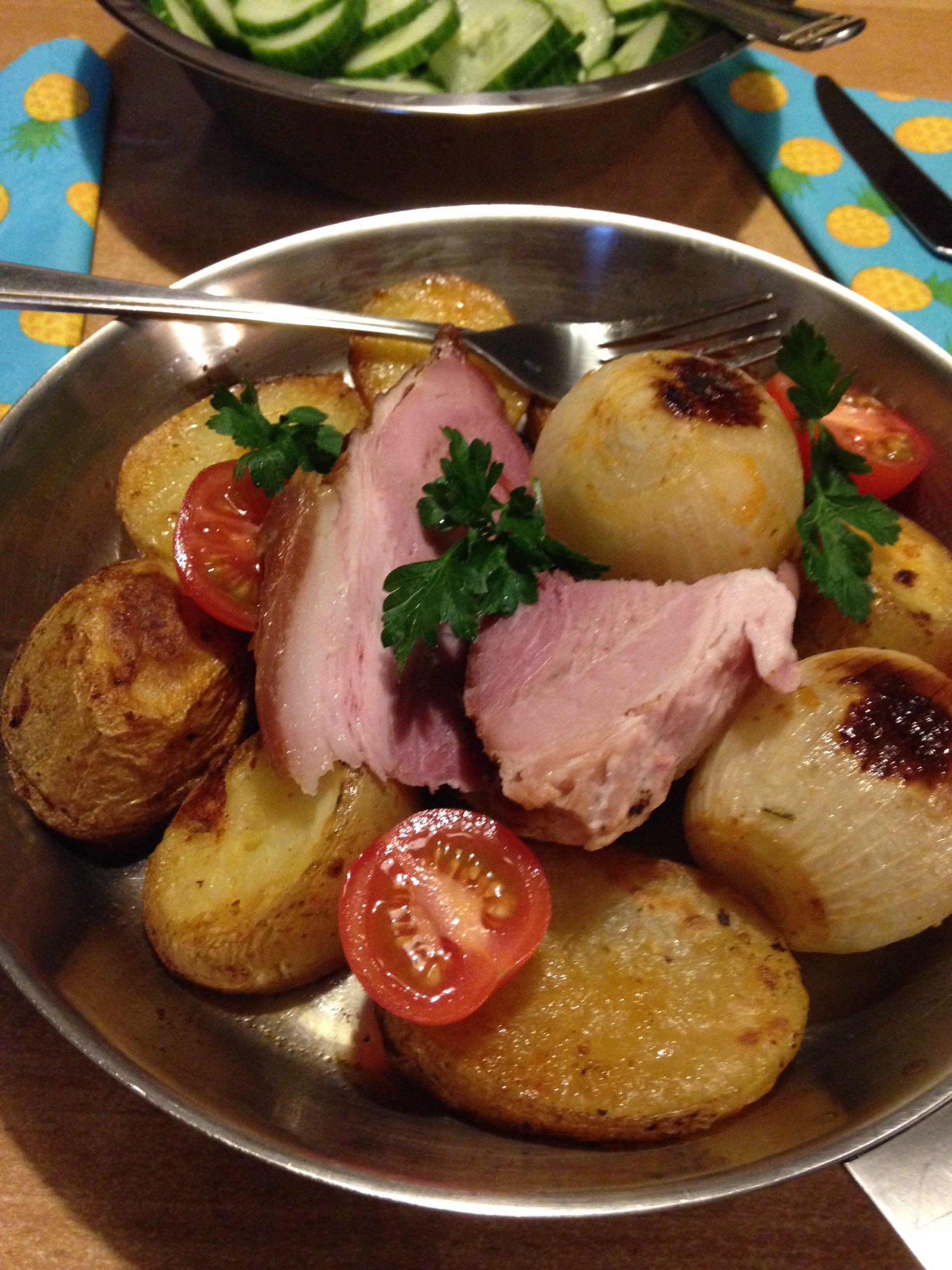 Pečena dimljena svinjska plećka sa krompirom i lukom iz rerne