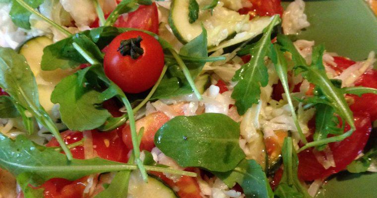 Fina mešana sveža salata sa kupusom i rukolom