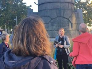 Geflügelte Worte, Redewendungen und typisch Wienerisches wurden von Kathi Trost bei ihrer Führung durch den 15. Bezirk bildhaft unterlegt. (Foto: Dietmar Baurecht).