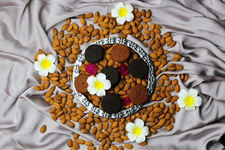 Biscuits Almonds Flat Lay Flowers  - tamanna_rumee / Pixabay