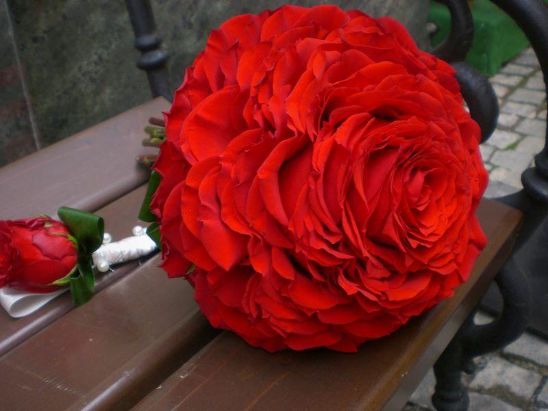 Svadobná kytica glamélia z lupienkov červených ruží