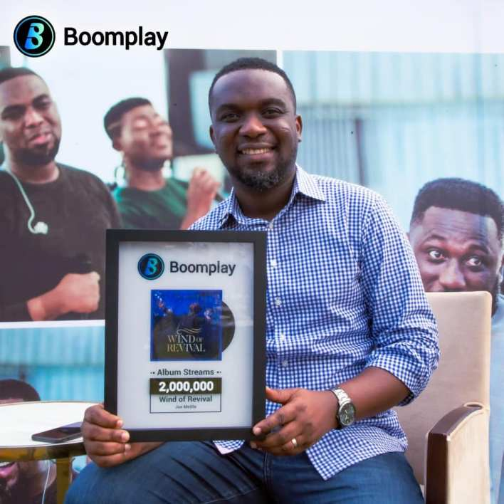 Joe Mettle Receives Plaque for 2 Million Streams on Boomplay