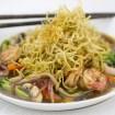 Nido crujiente de noodles con salsa de marisco, sopa de fideos, mariscos, cocina tailandesa, noodles tailandés