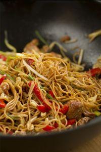 chow mein, fideos chinos fritos, fideos fritos con pollo, ccocina china, cocina asiatica