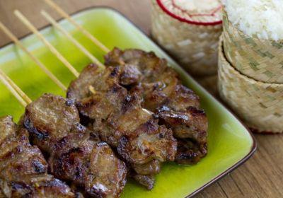 Pinchitos de cerdo, arroz glutinoso, cocina tailandesa