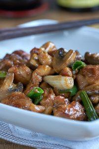pollo con champiñones en salsa de ostras, pollo con champiñones, pollo con champiñones chino, pollo con setas, pollo con setas chinas, pollo con verduras, cocina asiática, setas pollo, champiñones