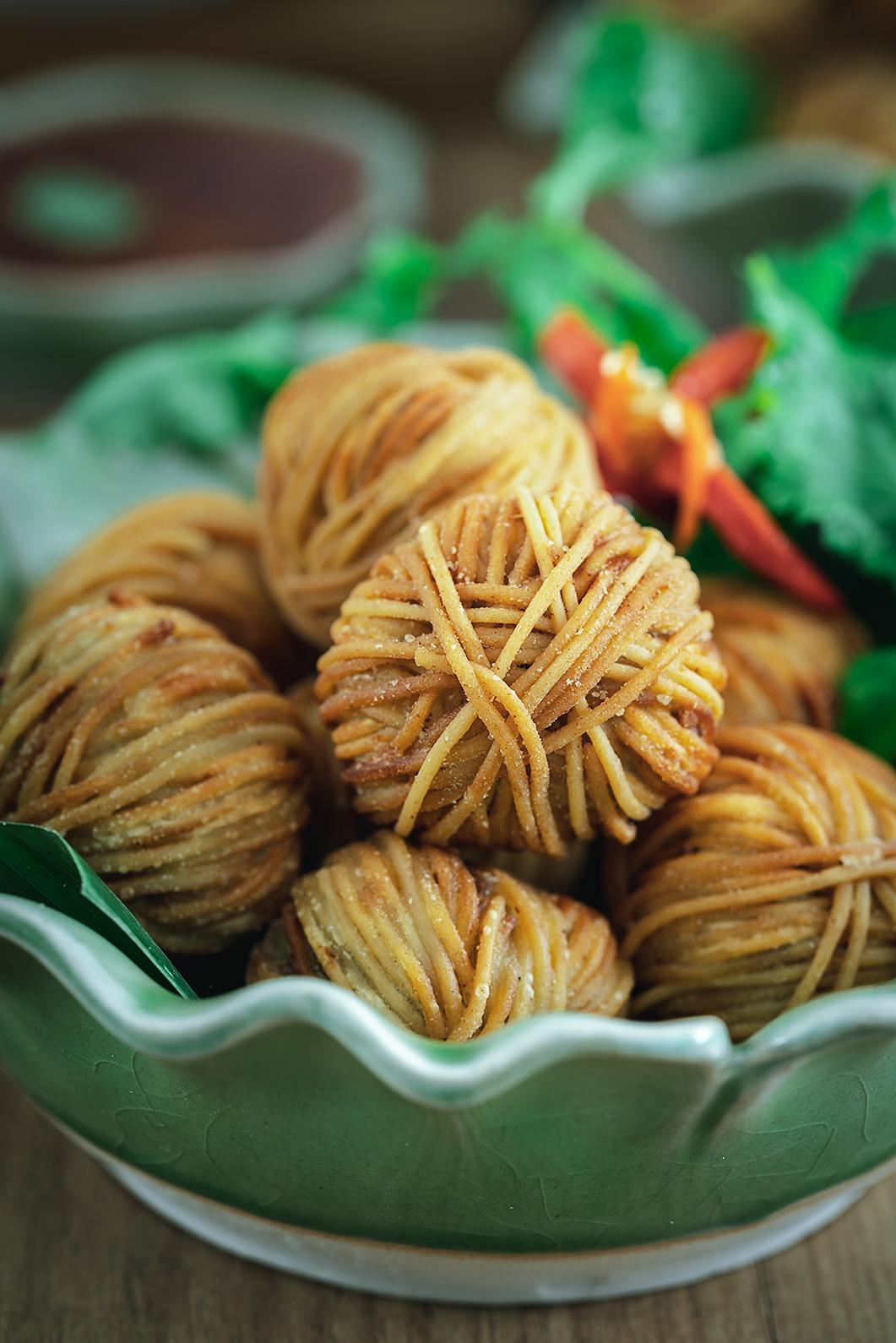 Mu Sarong, aperitivo tailandés, aperitivo Thai, bolitas de carne envueltas en fideos, cerdo, fideos chinos fritos, cocina tailandesa