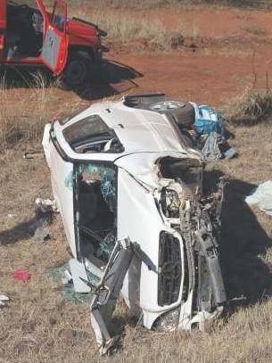 Die bestuurder van die Bantam bakkie het beheer oor sy voertuig verloor waarna hy teen 'n aankomende Mercedez bussie vasgery het en in 'n sloot tot stilstand gekom het.