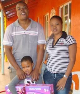 Oratile Mpofu saam met haar ouers Abel en Magrette Mpofu wat die meeste lootjies verkoop het vir die SAVF fondsinsameling.