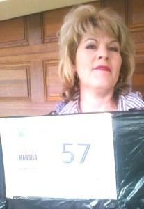 Mariaan Jacobs, 'n vrywilliger by SAVF, wat 'n voorbeeld vashou van die sak wat gevul moet word voor 18 Julie. Mariaan Jacobs, kan gekontak word rondom die projek by 071 611 9452.