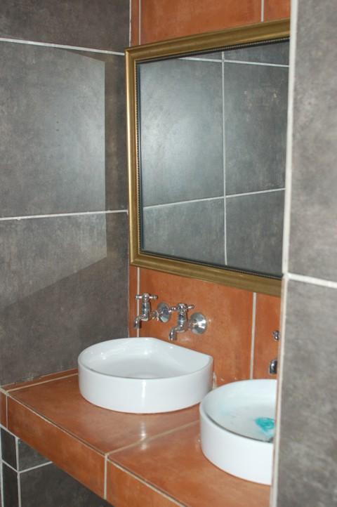 Gebou toilet bo wasbakke