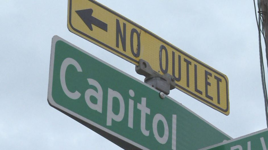Capitol Court residents are at odds with nearby business due to parking issues (KXAN Photo_Candy Rodriguez)_643269