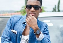 Photo of Kofi Kinaata grabs an award from YouTube