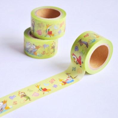 入荷したてのマスキングテープです。 絵柄は『どうぶつABCえほん』(のら書店)からとっています。 お値段はひとつ500円+税で、ご来店の方に向けてふたつで900円+税と少しお得なセットもご用意しています。 春にぴったりな若草色のテープに、ゆかいな動物たちが並んだかわいいデザインです。