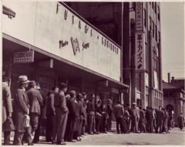 『Life』最新号を求めて教文館前に並ぶ長蛇の列