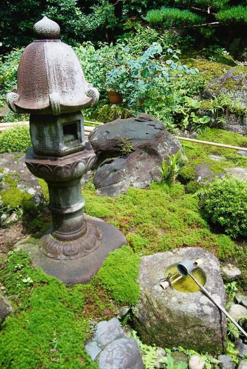 stone_lantern_and_basin_japanese_garden_kyoto