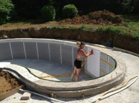 Femme construisant sa piscine waterair