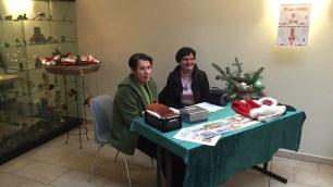 Marita und Trudi verkauften die im Vorfeld gestalteten Weihnachtskarten mit Lubminbezogenen weihnachtlichen Motiven.