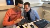 Marco und Thomas flashen Sonoff Adapter mit der Tasmota Firmware.